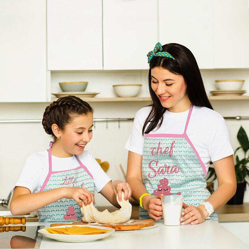 Madre e hija cocinando con delantales personalizados